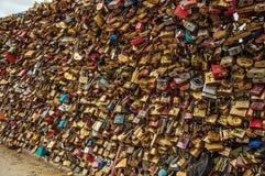 Les cadenas ont attaché célébrer entre eux l'amour sur la balustrade de pont chez la Seine à Paris Image libre de droits