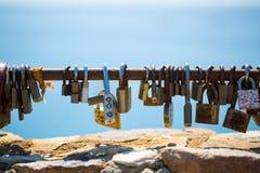 Les cadenas se sont fermés sur la mémoire de l'amour éternel Photo stock