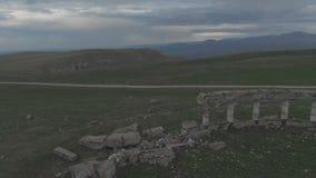 Les cadres d'après-libération ont survolé la haute antique ruinée d'amphithéâtre dans les montagnes Mouche au-dessus de l'orbite  clips vidéos