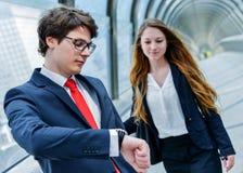 Les cadres juniors de la société sont tardifs pour une réunion d'affaires photos libres de droits