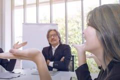 Les cadres supérieurs pensant et rencontrant le travail d'équipe d'affaires photographie stock