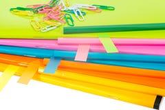 Les cahiers colorés avec des autocollants, se ferment vers le haut de la vue Image libre de droits