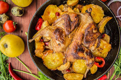Les cailles ont fait cuire au four dans une casserole avec des pommes de terre et des pommes Sur le fond en bois brun Vue supérie Image stock