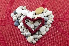 Les cailloux ont formé dans un coeur Image libre de droits