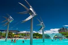 Les CAIRNS, AUSTRALIE - 18 octobre 2009 - les gens apprécient un jour chaud, lagune Images stock