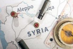 Les caisses et les balles mises le feu du fusil Vue de fond sur la région de section d'Alep, Syrie Photo libre de droits