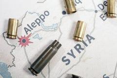 Les caisses et les balles mises le feu du fusil Vue de fond sur la région de section d'Alep, Syrie Images stock