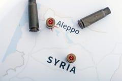Les caisses et les balles mises le feu du fusil Vue de fond sur la région de section d'Alep, Syrie Image libre de droits