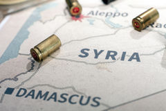Les caisses et les balles mises le feu du fusil Vue de fond sur la région de section d'Alep, Syrie Photo stock