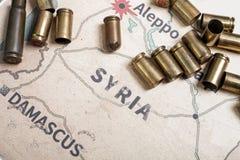 Les caisses et les balles mises le feu du fusil Vue de fond sur la région de section d'Alep, Syrie Photos libres de droits