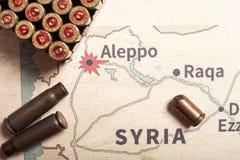 Les caisses et les balles mises le feu du fusil Vue de fond sur la région de section d'Alep, Syrie Photographie stock libre de droits