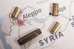 Les caisses et les balles mises le feu du fusil Vue de fond sur la région de section d'Alep, Syrie Image stock