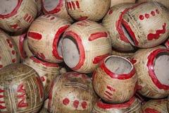 Les calebasses met en forme de tasse la pile à vendre au marché de Chichicastenango Image stock