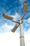 Les caméras de sécurité groupent sur le pilier Photographie stock libre de droits