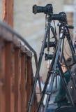 Les caméras sur des trépieds sont sur le pont photos libres de droits