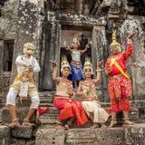 Les Cambodgiens non identifiés dans la robe nationale pose pour des touristes dans Angkor Vat Photos libres de droits