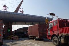 Les camions alignent au péage chacun des deux d'une route Images stock