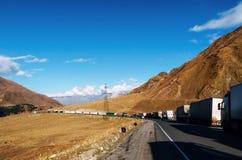 Les camions alignent dans la file d'attente à la route militaire géorgienne Images stock