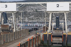 Les camions attendent sur des embarquements à Douvres Photo libre de droits