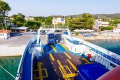Les camions de camion entrent dans le ferry-boat, montant à bord des voitures Photographie stock