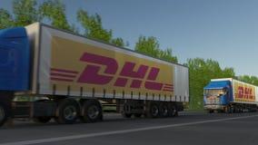 Les camions de fret semi avec DHL expriment le logo conduisant le long du chemin forestier Rendu 3D éditorial Photographie stock