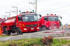 Les camions de pompiers avec le poteau électrique sont tombés Photos stock