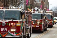 Les camions de pompiers dans le défilé de jour de St Patricks Photos libres de droits