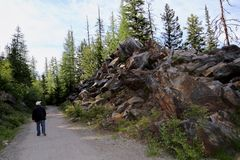 Les Canada-points de repère sont des montagnes et des forêts image stock