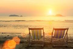 Les canapés de Sun sur la mer échouent pendant le coucher du soleil nature Photos libres de droits