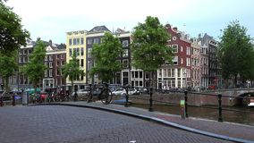 Les canaux de la ville typique de vue d'Amsterdam d'Amsterdam banque de vidéos