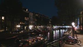 Les canaux romantiques au centre de la ville d'Amsterdam - grande vue de nuit banque de vidéos