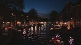 Les canaux romantiques au centre de la ville d'Amsterdam - grande vue de nuit clips vidéos