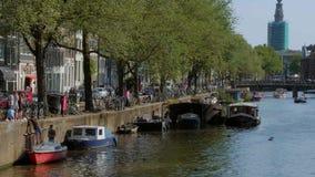 Les canaux romantric au centre de la ville d'Amsterdam un jour ensoleillé - AMSTERDAM - LES PAYS-BAS - 19 juillet 2017 banque de vidéos