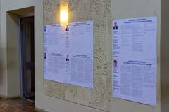 Les candidats montre leurs programmes au mur de station de vote Élection de président de l'Ukraine Le programme de Petro Poroshen image libre de droits