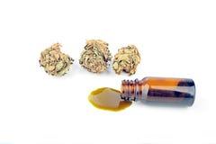 Les cannabis médicaux (marijuana) huilent prêt pour la consommation Photo libre de droits