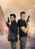 Les cannettes de fil superbes - pose sexy de deux policiers Image stock