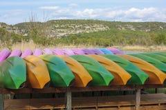 Les canoës colorés ont arrimé près de la gorge de Verdon dans Quinson France photos stock