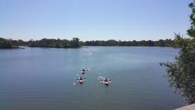 Les canoës emballent pour le rivage sur le lac Calhoun minneapolis images libres de droits