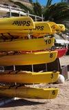 Les canoës jaunes ont empilé Soller Majorque photographie stock libre de droits