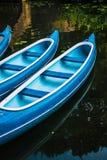 Les canoës pour la location sur le lac dans la ville municipale se garent hambourg image stock