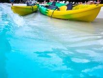 Les canoës sur la plage font le voyage au calmar de mer photographie stock libre de droits