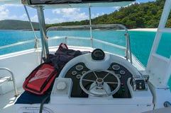 Les capitaines jettent un pont sur, rouf avec le volant et contrôles sur p Photo libre de droits