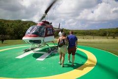 Les Caraïbe, Antigua, hélicoptère de approche de couples Photos stock