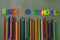 Les caractères gras et les crayons de couleur ont arrangé sur le tableau Image stock