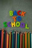Les caractères gras et les crayons de couleur ont arrangé sur le tableau Photo libre de droits