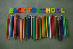 Les caractères gras et les crayons de couleur ont arrangé sur le tableau Image libre de droits