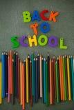 Les caractères gras et les crayons de couleur ont arrangé sur le tableau Images stock