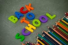 Les caractères gras et les crayons de couleur ont arrangé sur le tableau Photographie stock libre de droits