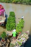 Les cargos portent des fleurs sur la rivière photographie stock