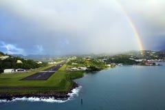 Les Caribs L'île de la Sainte-Lucie Arc-en-ciel au-dessus de l'aérodrome Image stock